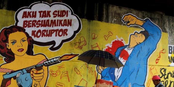 Poster berisi kritikan terhadap koruptor yang ditempel oleh komunitas street art menolak korupsi di Jalan Gatot Subroto, Jakarta Selatan, Senin (10/12/2012). | KOMPAS/AGUS SUSANTO