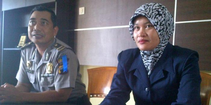 Salah seorang anggota Polwan Polres Brebes, Jawa Tengah, dari Satuan Reskrim yang sudah berjilbab, Kamis (28/11/2013).   Kompas.com