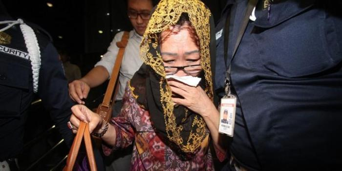 Sylvia Sholehah (berkerudung) yang biasa disapa Ibu Pur diperiksa oleh KPK Jakarta, Selasa (28/5/2013). | TRIBUNNEWS