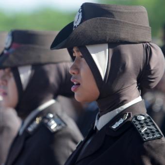 Polwan Polda Aceh mengenakan jilbab pada peringatan HUT ke-67 Bhayangkara di halaman Mapolda Aceh, Banda Aceh, Senin (1/7/2013).