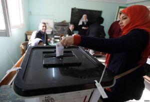 Warga memberikan suaranya dalam referendum konstitusi Mesir di Kairo (14/1). - VOA