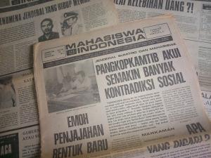 """Berita """"Mahasiswa Indonesia"""" Soal Pangkopkamtib. """"Pencabutan SIT bagi Mingguan Mahasiswa Indonesia disertai alasan-alasan yang berat-berat, seperti mencampuri politik tingkat tinggi, melakukan adu domba politik tingkat tinggi, menghina kepala negara dan ibu negara, penghasutan dan sebagainya yang berkelas subversi dan makar."""""""