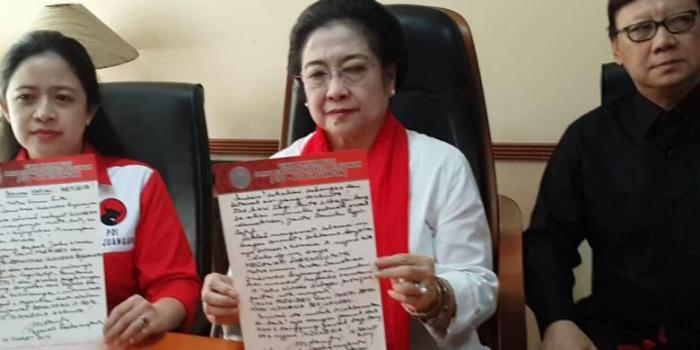 Megawati menunjukkan surat mandat kepada Joko Widodo menjadi capres yang dia tulis tangan. - KOMPAS