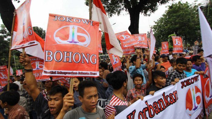 Puluhan warga Jakarta yang tergabung dalam Koalisi Masyarakat Jakarta Baru berunjuk rasa di depan Balaikota, Jakarta Pusat, untuk menyampaikan penyesalan atas keputusan Gubernur DKI Jakarta Joko Widodo untuk maju sebagai calon presiden, Selasa (25/3/2014). - TRIBUNNEWS