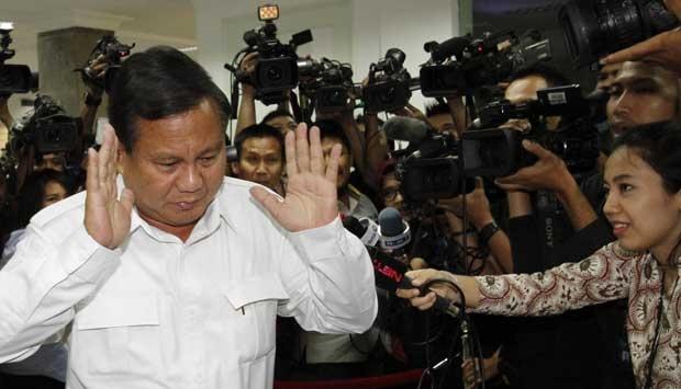 Calon presiden Partai Gerindra, Prabowo Subianto dihujani pertanyaan oleh awak media sebelum bertemu Presiden Susilo Bambang Yudhoyono di Kantor Presiden, Komplek Istana Kepresidenan, Jakarta, Selasa (13/5). TEMPO