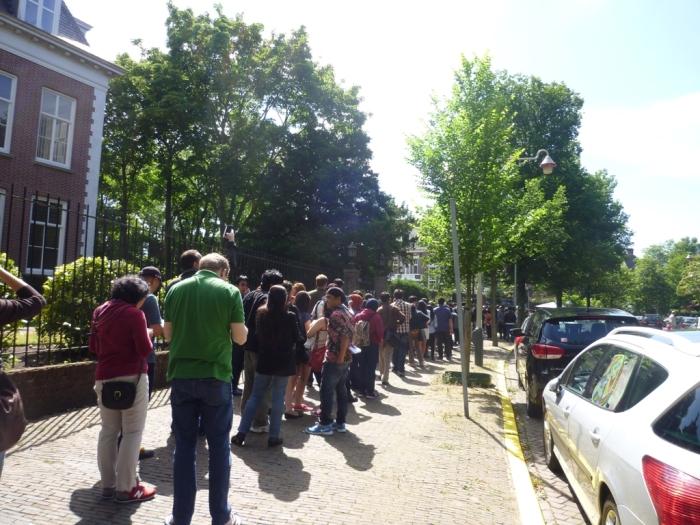 Antrian pemilih di jalan depan KBRI di Den Haag 5 Juli 14, masih cukuppanjang walau sudah  pukul 16.00 (waktu setempat). - IPR