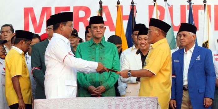 Ketua Umum Partai Golkar Aburizal Bakrie (kanan) mewakili ketua-ketua parpol pendukung menyerahkan piagam Koalisi Merah Putih Permanan kepada calon presiden nomor urut 1 Prabowo Subianto di Tugu Proklamasi, Jakarta Pusat, Senin (14/7/2014). Ketua dan Sekjen Partai Politik pendukung pasangan Prabowo-Hatta yaitu Gerindra, PKS, PPP, Golkar, PBB, PAN, dan Demokrat, untuk menguatkan komitmennya menandatangani nota kesepahaman Koalisi Permanen mendukung Prabowo-Hatta. - KOMPAS