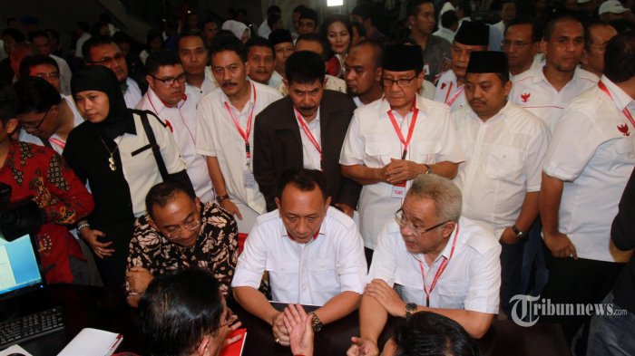 Tim Advokat Prabowo Subianto dan Hatta Rajasa menunjukan alat bukti saat mengajukan gugatan pemilu presiden 2014 di Mahkamah Konstitusi, Jakarta, Jumat (25/7/2014). Tim Advokasi tersebut melaporkan adanya sejumlah kecurangan Pilpres 2014. (Warta Kota/Henry Lopulalan)