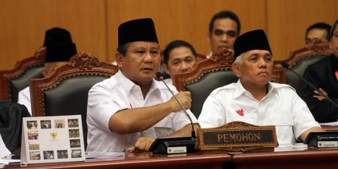 Capres Prabowo Subianto saat berorasi di sidang perdana perselisihan hasil pemilihan umum (PHPU) di Gedung MK, yang mengatakan pemilu di Indonesia seperti di negara totaliter, fasis, komunis, dan lebih parah dari pemilu di Korea Utara. - KOMPAS