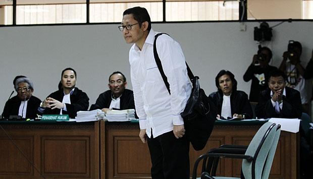 Anas Urbaningrum memasuki ruang untuk membacakan pledoi di pengadilan Tipikor, Jakarta, 18 September 2014. - TEMPO