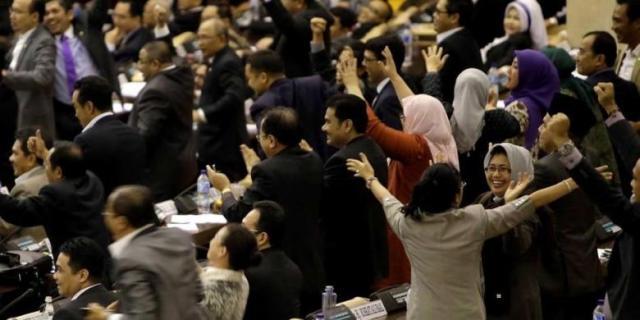 Kegembiraan anggota Koalisi Merah Putih (KMP) seusai pemungutan suara pemilihan paket pimpinan MPR-RI di Gedung Nusantara MPR/DPR/DPD-RI, Jakarta, Rabu (8/10/2014). Paket B yang diusung KMP memperoleh suara terbanyak dalam voting dengan total 347 suara. - KOMPAS