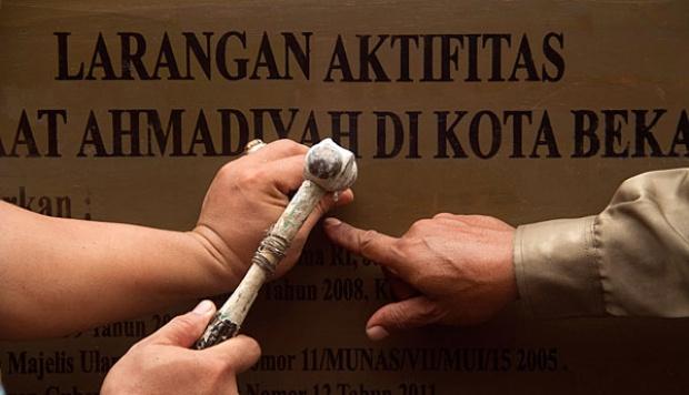 Ilustrasi: Papan segel yang dikeluarkan Pemerintah Kota Bekasi dipasang di tembok pagar Masjid Ahmadiyah Almisbah di Jalan Terusan Pangrango, Jatibening 2, Bekasi, Jawa Barat, 14/2/2013 - TEMPO