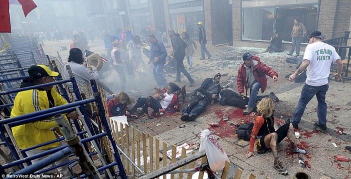 "Sebagian dari orang-orang terluka di trotoar dekat finish ""the Boston Marathon"" menysusul sebuah ledakan di Boston, 15 April 2013 yang kemudian diketahui dilakukan oleh dua orang bersaudara Tamerlan Tsarnaev dan Dzhokhar Tsarnaev - Daily Mail"