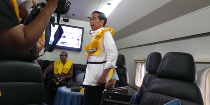Presiden Joko Widodo menumpang pesawat Hercules untuk menuju Pangkalan Bun dan ke Surabaya, Selasa (31/12/2014). - KOMPAS