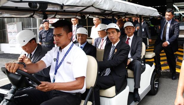 Presiden Joko Widodo dana mantan Perdana Menteri Malaysia Mahathir Mohamad bersama rombongan saat mengunjungi pabrik mobil nasional Malaysia Proton di Shah Alam, 6 Februari 2015. REUTERS/OLIVIA HARRIS - TEMPO